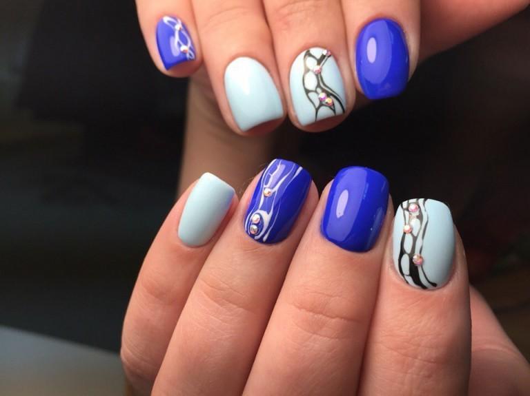 Экстравагантный синий маникюр подойдет уверенным в себе девушкам. Сочетание нежного голубого оттенка с ярким синим цветом, красиво смотрится на ноготках квадратной формы.