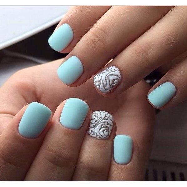 Возьмите бирюзовый лак и без какого-либо дополнительного декора покройте им ногти. А на безымянных пальцах можно сделать акцент акриловыми узорами.