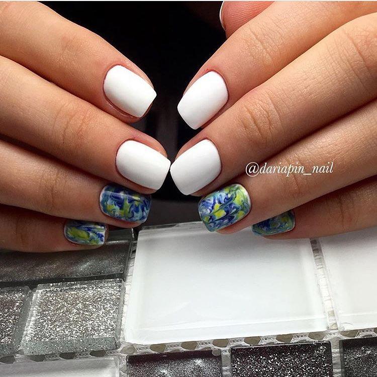 Если стандартный белый цвет лака совместить при создании маникюра с любыми цветными наклейками или росписью, то результат всегда оказывается впечатляющим.