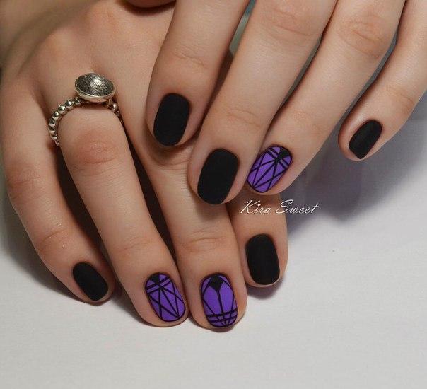 В данной ситуации был выбран темно-сиреневый лак. Ногти могут быть укороченными, но, если вы придадите им овальную форму, они будут выглядеть очень изящными. На тех ногтях, которые вы покроете сиреневым лаком, стоит нанести геометрические узоры из ломаных линий. Создайте имитацию старинных решеток в рисунке, и от ваших ногтей все будут в восторге.