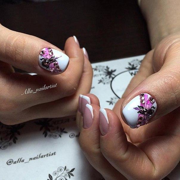 Телесный и белый лаки позволяют создать классический френч, основная работа предстоит с ногтями больших пальцев. Покройте ногти белым лаком, а после его высыхания создайте аппликацию из декоративных элементов и стразов в виде стилизованной бабочки.