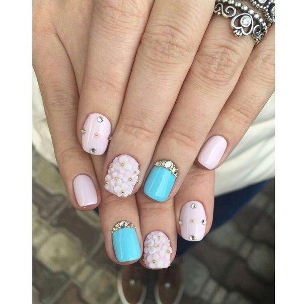 Для весеннего маникюра как нельзя лучше подойдут розово-белый и стильный голубой оттенки лаков. Ногти могут быть коротко обрезаны, главное – чтобы их обработка была идеальной.