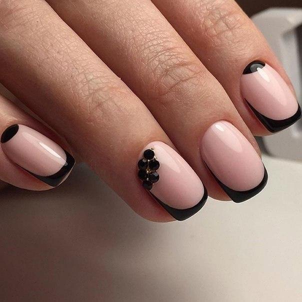 Этот достаточно простой маникюр, тем не менее, выглядит стильно за счет использования контрастных оттенков. Молочно-розовый лак в качестве базового и глянцевый черный для создания френча создают необходимый эффект. Короткие ногти нужно обработать в форме квадрата.