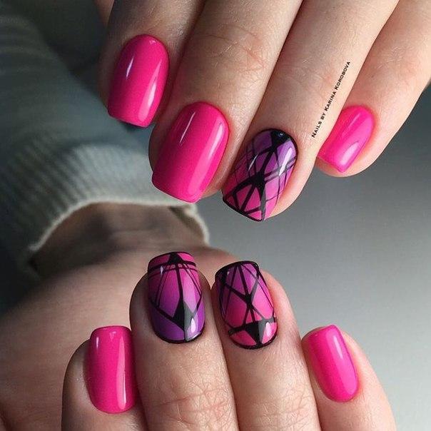 Ногти могут быть средней длины, но их стоит подпилить полуквадратом, чтобы придать законченную форму. Яркий розовый лак наносится в несколько слоев. После его высыхания стоит подработать над градиентной техникой отдельных ногтей.