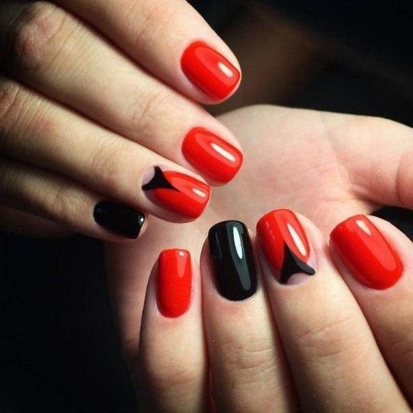 Сочный красный и стремительный черный цвета гель-лаков сделают ногти неотразимыми. Обработайте ноготки, придав им полуквадратную форму, а затем каждый покройте ровным слоем лака.