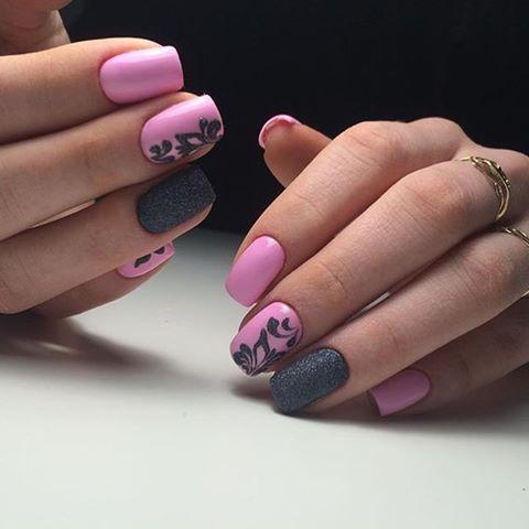 Яркий розовый и черно-серый лаки с использованием текстурной техники и навыков рисования сделают ваши ногти неотразимыми. Ногти нужно обработать в полуквадратной форме, затем покрыть их розовым матовым лаком.
