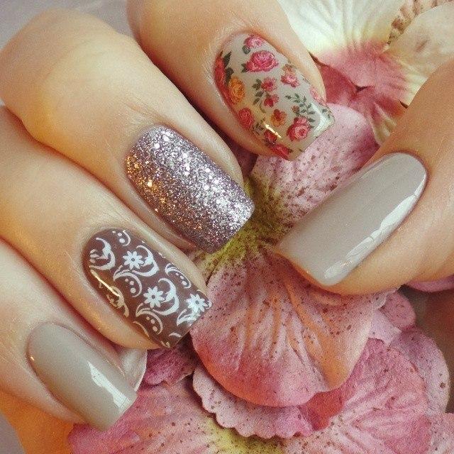 Романтический нежный маникюр. Использованы оригинальные цвета. Большие пальцы и мизинцы покрыты дымчато-белой основой.