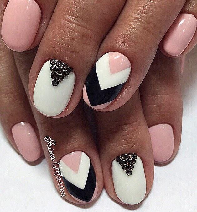 Используйте для маникюра розово-бежевый, белый и черный лаки. В каком порядке покрывать ногти, можете решать сами. Комбинация лаков на одном ногте только приветствуется. Чтобы эффект был более впечатляющим, можно применить еще и черные стразы – ими отлично можно подчеркнуть лунки.