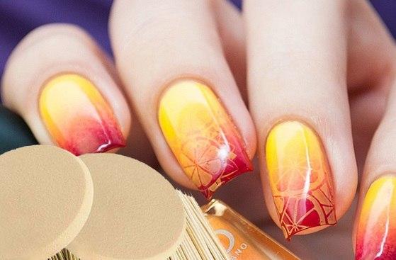 Чтобы придать дизайну оригинальность, нанесите на ногти сочный цитрусовый рисунок. С таким маникюром вы можете ощущать солнечное настроение даже в зимние морозы