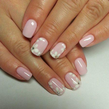 Мягкий розоватый цвет лака подойдет всем без исключения. Этот дизайн можно использовать как повседневное украшение Ваших пальчиков.