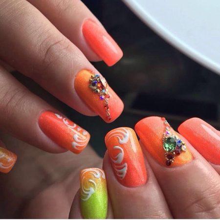 Градиентный дизайн ногтей смотрится очень красиво и оригинально. Для этого необходимо использовать несколько ярких контрастных цветов. В данном ногтевом оформлении используются два летних цвета салатный и оранжевый, которые дополняют друг друга. Техника омбре выполняется только на одном ноготке, чтобы сделать акцент.