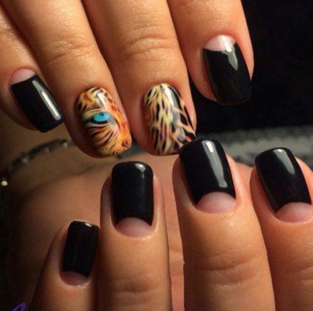 Смелый тигровый декор — отличный компаньон для лунного нейл-арта, выполненного черным глянцевым цветом. Этот дизайн — отличный способ заявить о своей оригинальности.