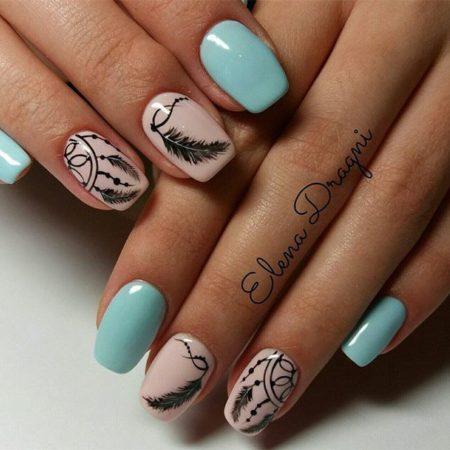 Красивые ногти маникюра стоковое фото. Изображение насчитывающей.