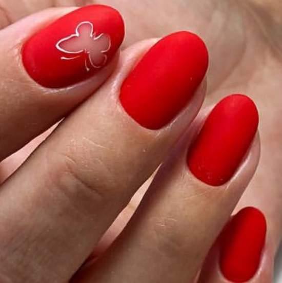 Бабочка на матовых ногтях