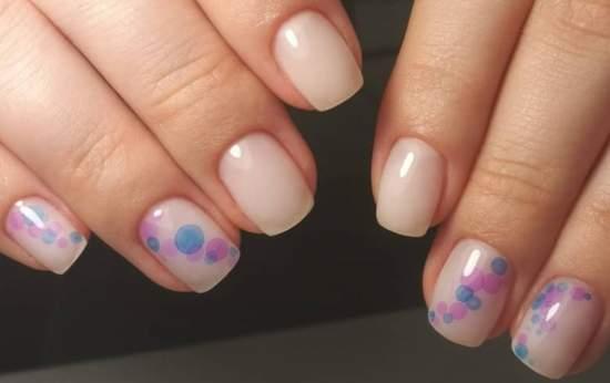 точки акварелью на ногтях