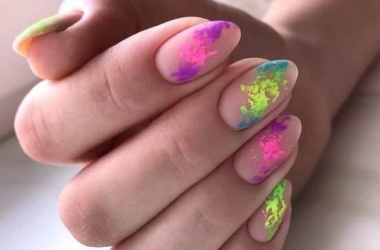 Цветная фольга на ногтях