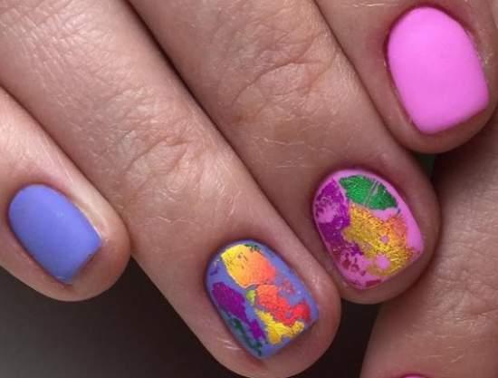 Фольга сочных цветов на короткие ногти
