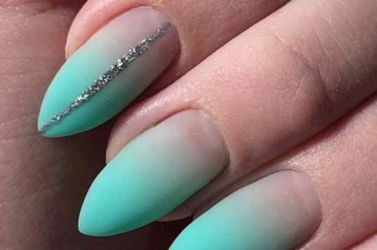 градиент на ногтях от прозрачного к бирюзовому цвету