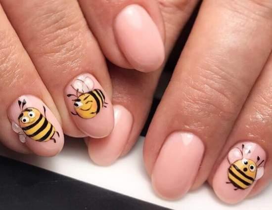 Забавная пчелка на ногтях