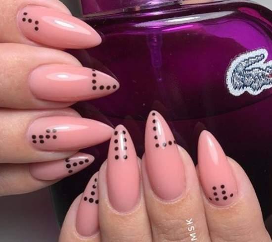 точки расположены на ногтях в определенном порядке