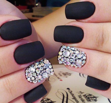 Модный черный матовый маникюр с камнями.