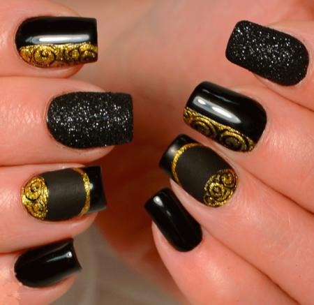 Модный черный маникюр с золотом