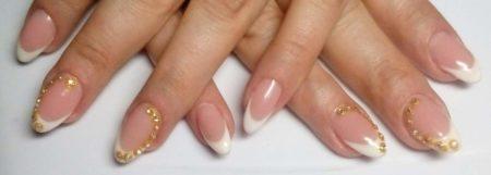 Френч на короткие ногти с золотом и бисером