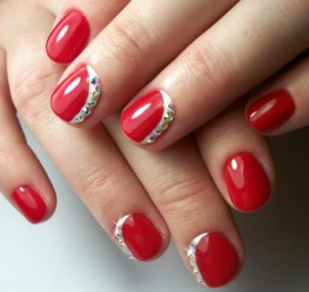 Модный красный маникюр на короткие ногти с дизайном