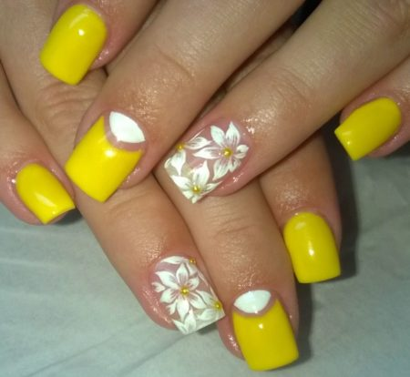 Желтый маникюр на квадратные ногти с цветами