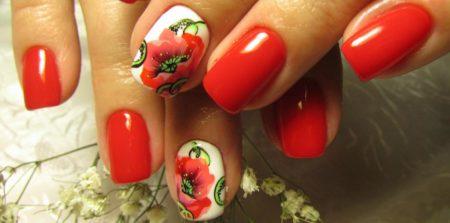 Красный маникюр на короткие ногти с маком