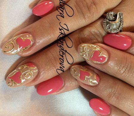 Розовый маникюр на короткие ногти с оригинальным дизайном