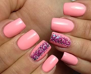 Розовый маникюр на квадратные ногти с дизайном