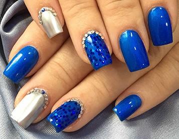 Синий маникюр на квадратные ногти с дизайном