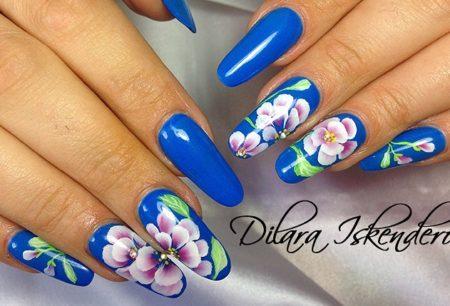 Модный маникюр на длинные ногти с цветами