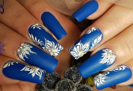 Модный синий маникюр на квадратную форму ногтя с дизайном