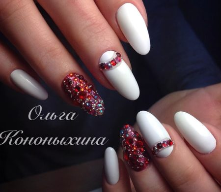 Модный маникюр белый с красным бисером