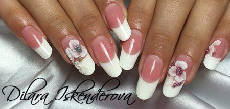 Модный маникюр белый френч со стразами и цветами