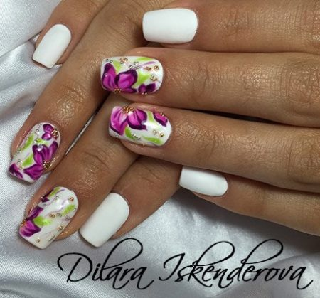 Модный маникюр белый с цветами