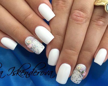 Белый маникюр с лепниной на квадратные ногти