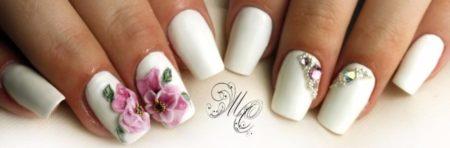 Модный белый маникюр с лепниной