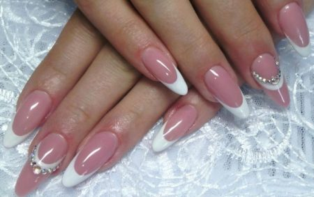Френч маникюр в бело - розовом сочетание на овальную форму ногтя со стразами