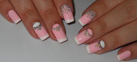 Лунный френч на квадратных ногтях в нежно розовом цвете со стразами