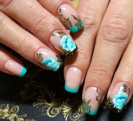 Цветной френч с золотым рисунком на коротких квадратных ногтях