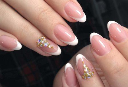 Классический френч на коротких ногтях с дизайном из блестящих камней