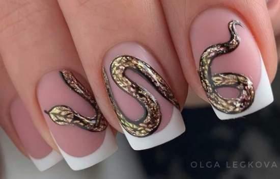 Извивающаяся змея на ногтях