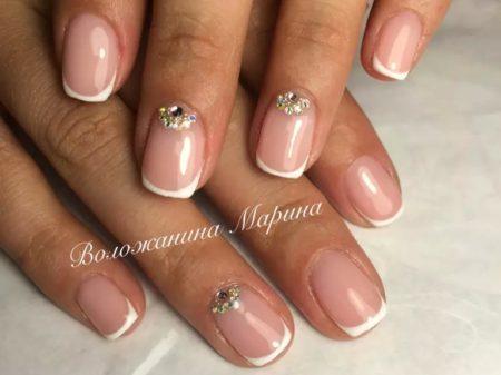 Классический белый френч на короткие квадратные ногти с камнями и стразами