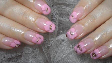Розовый маникюр с красивыми цветами