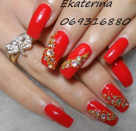 Модный красный маникюр с бисером и камнями
