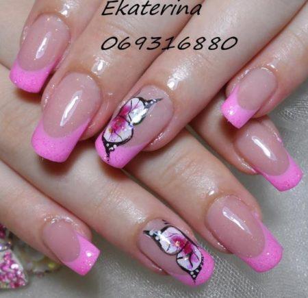 Модный розовый маникюр весна - лето с крылушками бабочки