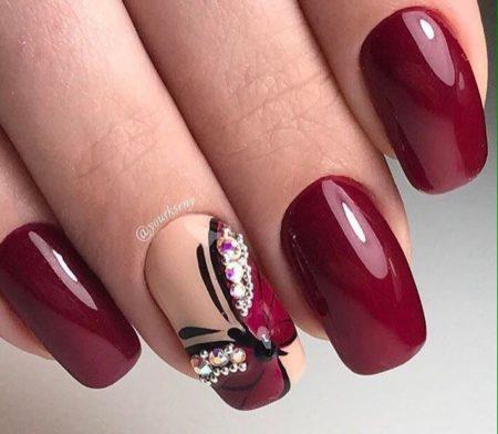 Бордовый модный маникюр на квадратной форме ногтя с дизайном